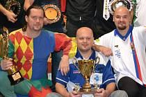 NEJLEPŠÍ muži nejprestižnější mužské kategorie mistrovského víkendu ve hře 501 (dole medailisté zleva stříbrný Martin Hoffmann, zlatý Pavel Drtil a bronzový Karel Sedláček).