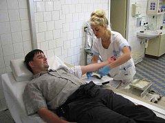 Odběr krve v transfúzní stanici v Náchodě.
