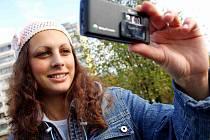 MOBILNÍ TELEFON už dávno není jen pomůckou ke komunikaci. Můžete na něj fotit i natáčet filmy.