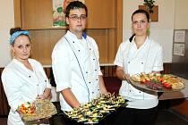 Praktické zkoušky předvedli maturanti z hronovské hotelové školy, kteří při závěrečném vyhodnocení pozvali a pohostili i své rodiče.