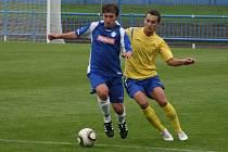 Domácí mladíček Dominik Nejman se snaží pláchnout ze spárů chrudimského protihráče. Hosté si nakonec z Náchoda odvezli vítězství 4:0 a v dalším kole se mohou těšit na Mladou Boleslav.