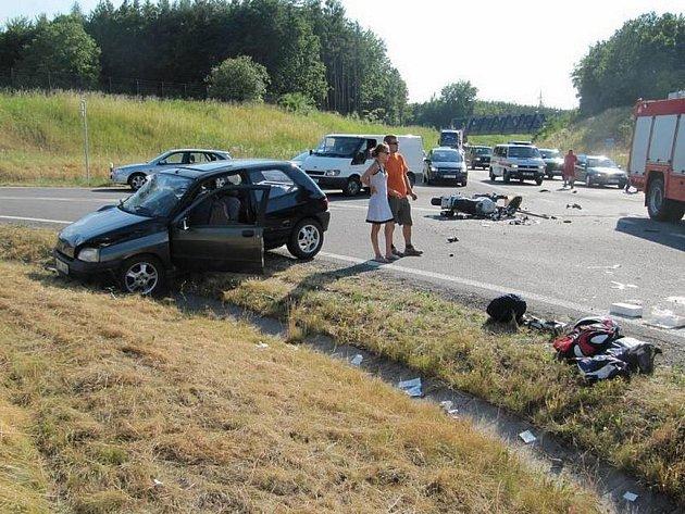 Na okruhu došlo ke střetu auta a motorky