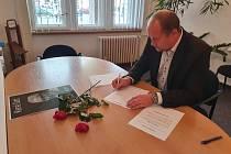 V Náchodě na radnici i v budově Českého rozhlasu Hradec Králové se mohou lidé podpisem rozloučit se zesnulým Karlem Gottem.