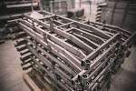 Jakmile je vše zabroušeno, převezou se jednotlivé dílce na oddělení lakovny, kde se vloží do pískovacího zařízení. Toto zařízení provede finální přípravu na lakovací proces. Abrazivo v pískovací skříni sjednotí a odmastí povrch, aby lak na materiál správn