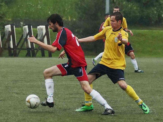 Novoměstský Adam Lelek (ve žlutém) se snaží zastavit pronikajícího Josefa Lochmana.