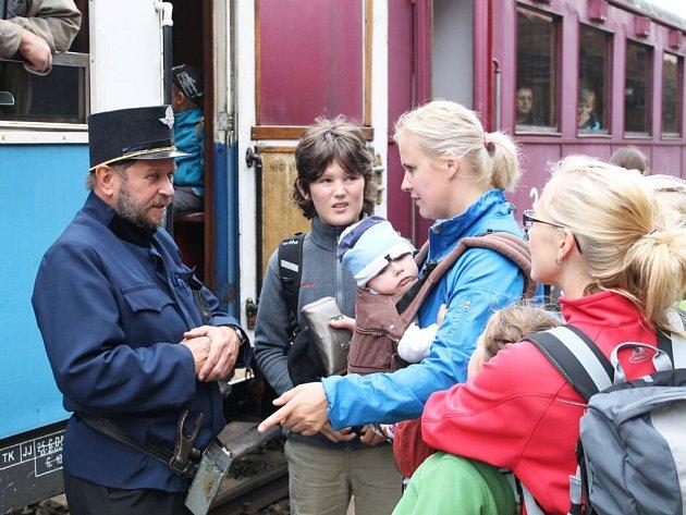 Parní lokomotiva Kafemlejnek vyrazila naposledy napříč letním Náchodskem.