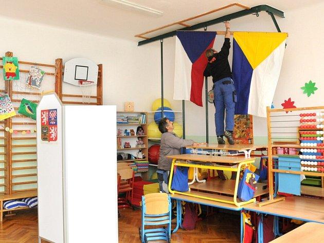 Pracovníci technických služeb chystali volební místnost v Základní škole ve Velkém Poříčí.
