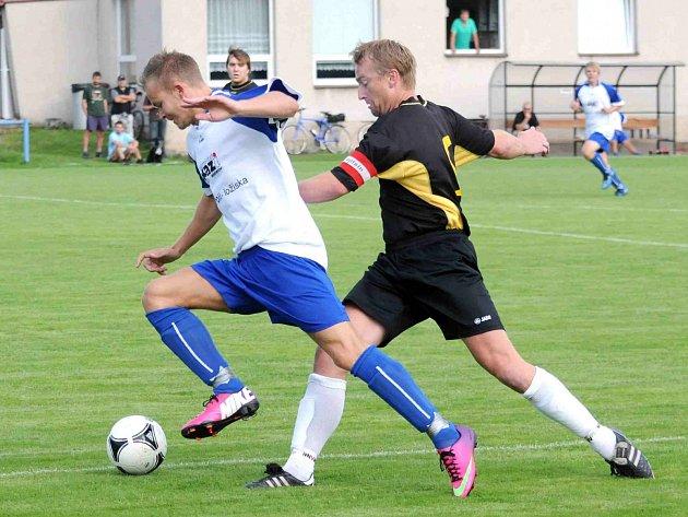 FOTBALISTÉ Hronova (ve světlém) vedli doma nad Deštným už 3:0, nakonec ale hosté v Hronově sahali po bodu.