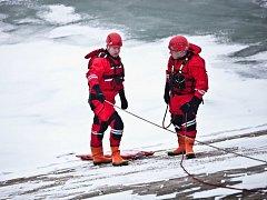 Záchranu v ledové vodě nacvičovali profesionální hasiči z požární stanice v Náchodě na Rozkoši u hráze nedaleko obce Nahořany.