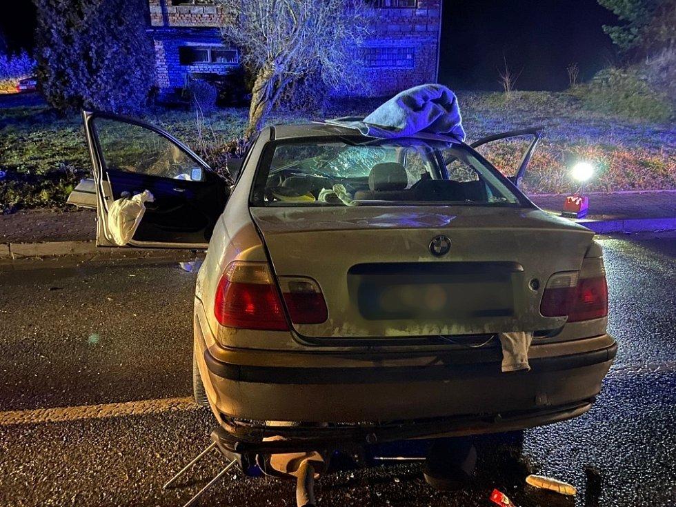 Nehoda uzavřela silnici mezi Náchodem a Hronovem, hasiči museli z vozidel čtyři lidi vyprostit.