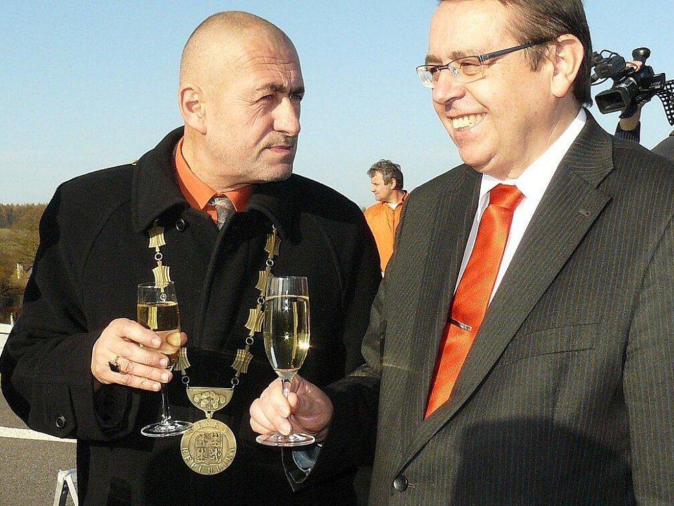 Starosta České Skalice Tomáš Hubka a hejtman Královéhradeckého kraje Lubomír Franc si připili na otevření obchvatu.