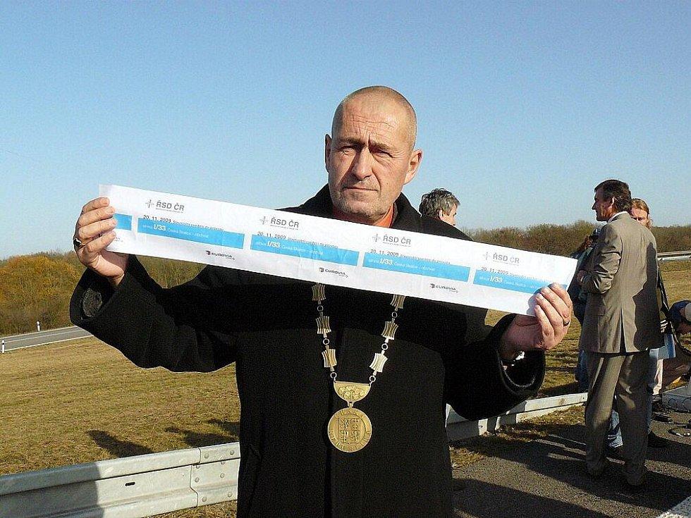 """""""To je kus z pásky, kterou jsme přestřihli při otevření obchvatu,"""" ukazuje starosta České Skalice Tomáš Hubka."""