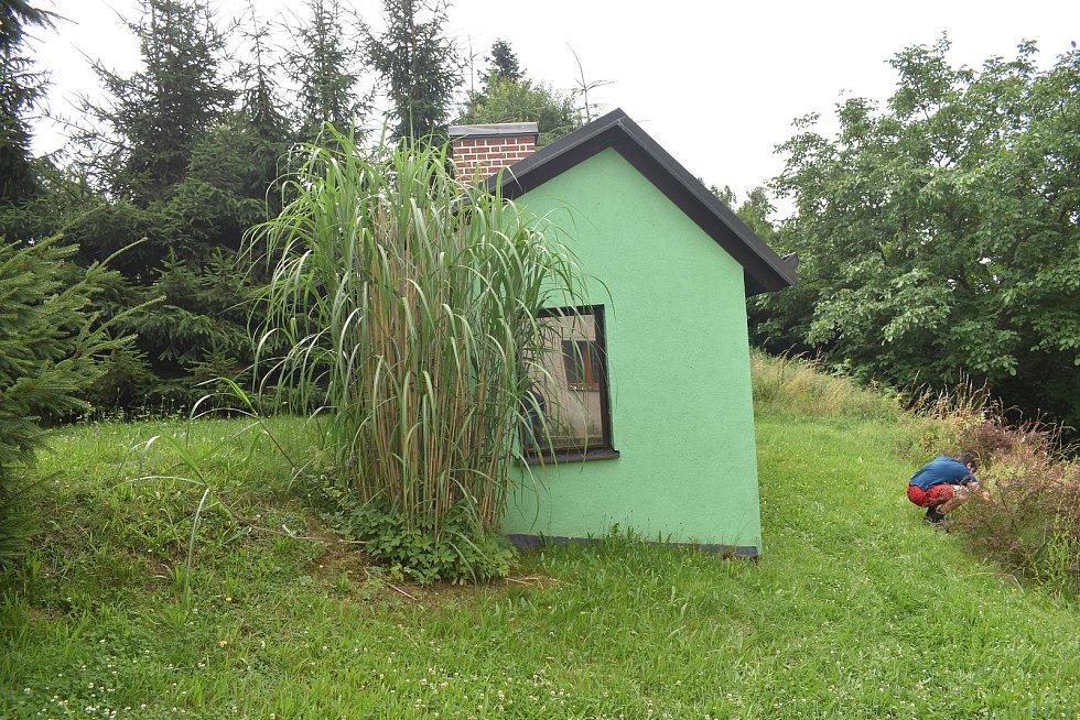 Na místě manželům zbyde jen zahradní domek a kousek pozemku. Foto: Deník/Jiří Řezník