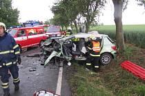 Při čelním střetu dvou aut se zranili čtyři lidé. Pro řidičku musel vrtulník