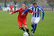 NÁCHODSKÝ Tomáš Petr (v pruhovaném) bojuje o míč s pardubickým Davidem Přibylem.