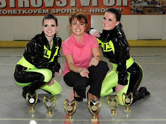Na snímku zleva Veronika Pecoldová, trenérka Monika Bergerová a Anna Bergerová a vybojované trofeje Rubeny.