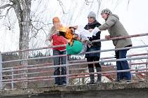 Děti z Mateřské školy ve Velkém Poříčí a jejich kamarádi z občanského sdružení Knoflíček se loučily se zimou.