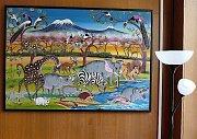 Mezi knihami zdobí stěny obrazy afrických malířů ve stylu Tingatinga.