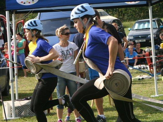 ÚTOK nakonec vítězných žen Kramolny NTC rozhodly proudařky. Sestrám Lucii (na snímku vzadu)  a Lence Králíčkovým se podařilo nastříkat terče nejrychleji ze všech.