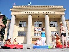 KOUPÁNÍ v dětských bazéncích před divadlem.