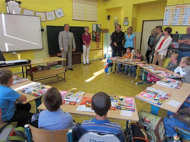 Náchodské prvňáčky přišel pozdravit v jednotlivých školách také starosta města Jan Birke.