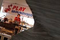Hry smyslů, stínů, světel a zvuků z nejroztodivnějších nástrojů a přístrojů, to vše v bludišti z látek. To je jen ve zkratce unikátní výstavní projekt Play Broumovsko, který začal ve čtvrtek odpoledne a potrvá rok.