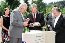 Prezident Miloš Zeman spolu s kardinálem Dominikem Dukou navštívili nejprve Červený Kostelec a Hospic Anežky České.