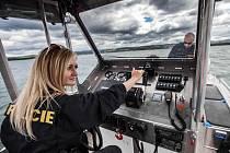 Policisté na novém moderním člunu při kontrole přehradní nádrže Rozkoš.