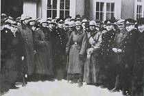 15. března dorazilo německé vojsko také do Nového Města nad Metují. Němci stojí před telegrafním úřadem. Usmívající se obyvatelé jsou pouze naaranžováním fotografa pro pořízení fotografie.
