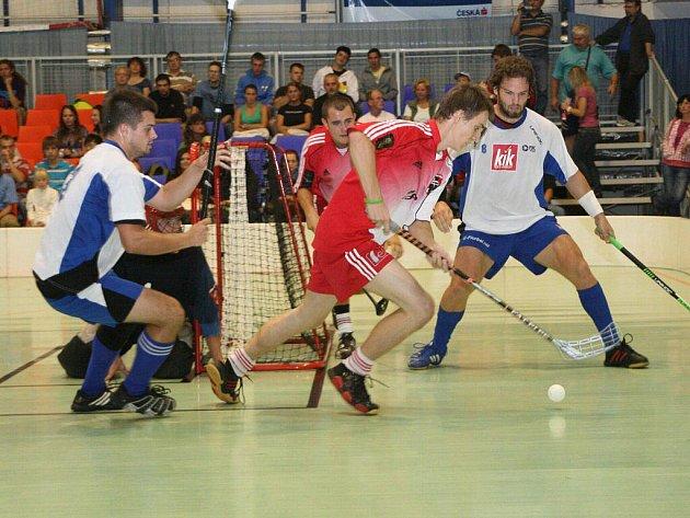 Prvoligoví florbalisté Náchoda (v červeném) úvodní duel nového ročníku nezvládli, když na domácí palubovce podlehli FBC Plzeň 3:7.