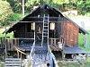 Oheň polykal zahradní domek v Dolním Adršpachu, hasiči zabránili větším škodám