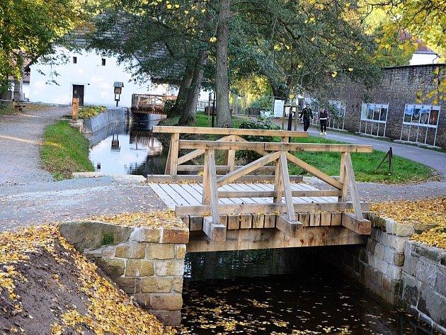 V Babiččině údolí po půl roce zahájili zkušební provoz historického mlýnského náhonu, který před čtyřmi lety poničila velká voda. Od jara byl náhon vypuštěný, čistilo se dno a opravovaly dřevěné části.