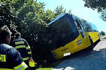 Z úzké komunikace sjel autobus do příkopu.