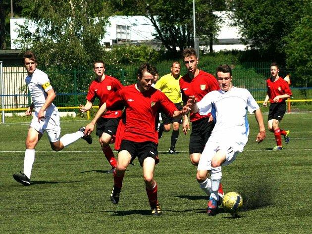 NÁCHODŠTÍ ligoví dorostenci (v bílém) uzavřeli letošní sezónu vysokým vítězstvím.