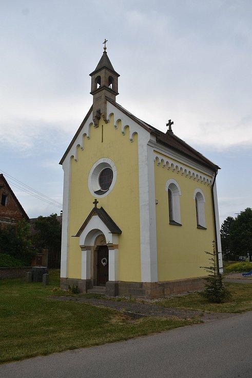 Roku 1901 byla v Dolanech postavena kaple, kterou postavil děkan p. Jos. Ludvík. Její podoba je i na obecních symbolech.