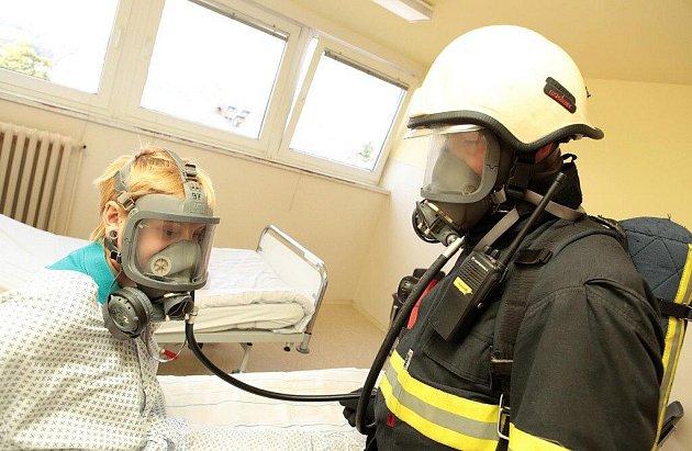 Cvičení hasičů v náchodské nemocnici.