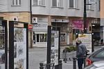 Prázdné výlohy, zamčené dveře, vysvětlující cedulky... I kvůli povinně uzavřeným obchodům a provozovnám bylo v sobotu v centru Náchoda výrazně méně živo než dříve.