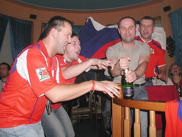 Při Euru 2008 se bude fandit taképřed velkoplošnou obrazovkou v českoskalické restauraci Áčko. Fanoušci české fotbalové reprezentace věří, že budou mít dost příležitostí k oslavám.