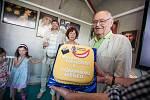 VÁCLAV VORLÍČEK dostal dort k 85. narozeninám.