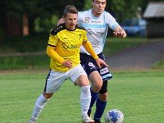 Fotbalisté Chlumce (ve žlutém) si v sobotu odvezli z Nového Města nad Metují bod za porážku v penaltách.