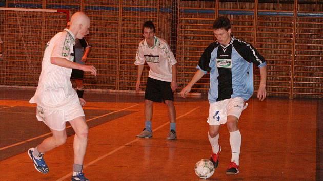 Před týdnem se v Novoročním turnaji pořádaném FC Ležák hrálo ve skupinách, dnes jsou v českoskalické Sportovní hale na programu zápasy o konečná umístění.