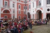 Slavnost na nádvoří broumovského kláštera.