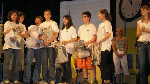 Červenokostelečtí školáci si vychutnávají vítězství v krajském kole vědomostní souteže.