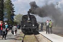 Májové jízdy se těšily velkému zájmu jak ze strany cestujících, tak i zvědavců na nádražích, kde dýmající lokomotiva stála.