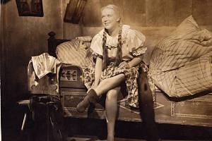 Herečka Božena Šustrová se narodila 15. října 1915 vNáchodě. Filmoví pamětníci si dozajista vzpomenou na její mnohé filmové role, např. Kristly vBabičce zroku 1940 – na snímku.