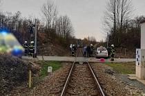 Kvůli nedávné nehodě na železničním přejezdu se cesta vlakem pro zhruba 80 cestujících jedoucích odpoledním rychlíkem z Trutnova do Prahy neplánovaně protáhla. Srážka s osobním automobilem ve Studnici způsobila nejen zranění posádce automobilu, ale i tram