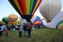 Start horkovzdušných balonů z louky u ratibořického zámku.