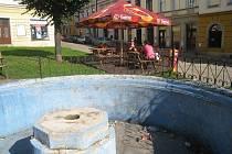 Bazén kašny, která už několik let není funkční, využívají někteří  obyvatelé Malého náměstí jako odpadkový koš. O jejich výstřelcích by mohli lidé bydlící v tomto místě vyprávět neveselé zážitky.