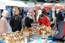 V neděli, tradičně týden před adventem, zaplnila prostor na hronovském náměstí a v Čapkově sále téměř stovka prodejců a drobných lidových řemeslníků se svými výrobky s vánoční tématikou.