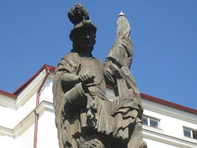 Sv. Florián, patron hasičů, je dominantou Malého náměstí. Snad do budoucna nebudce muset hasit nějaký vážný požár, který by se rozhořel mezi starousedlíky a novými romským i nájemníky.